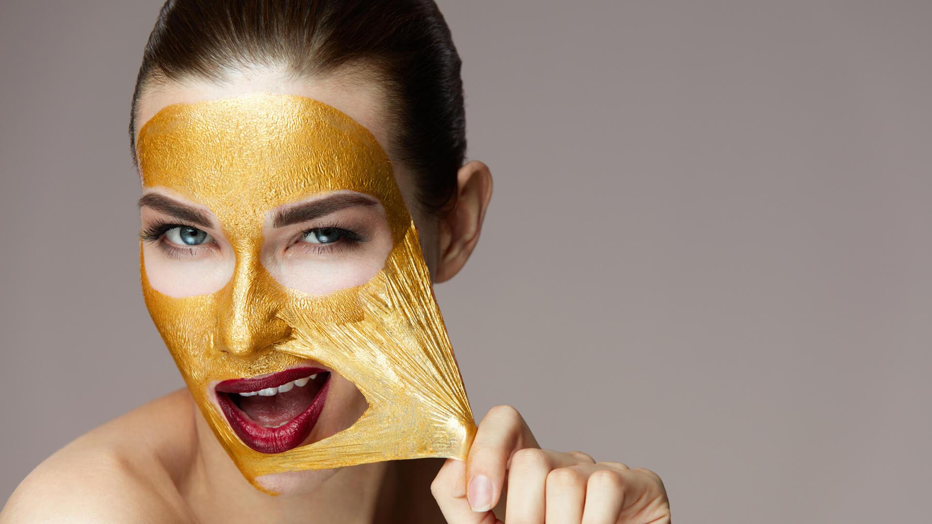 Frau mit Pflegemaske, bronze. Copyright: puhhha (fotolia #164342283)